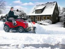Sneeuwschuif of veegborstel op zitmaaier